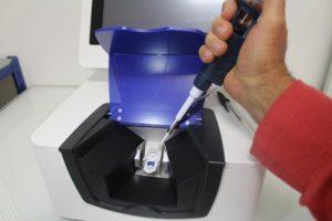 Diafir. Diagnostic et screening rapide. Le spectromètre infrarouge Spid dispose d'un capteur à languette breveté. Le chargement de l'échantillon se fait par simple pipetage dans le puits du capteur. L'échantillon est ensuite mis en contact avec la fibre par simple pression sur la languette. Photo credit : Revue de l'industrie agroalimentaire